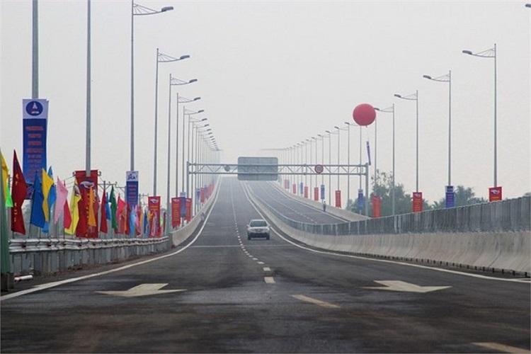 Cây cầu dài 2,35km, đảm bảo phương tiện lưu thông với vận tốc tối đa 100 km/h.