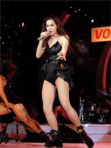 Biểu diễn trong lễ trao giải 'Làn sóng xanh' tối qua, Hồ Ngọc Hà diện quần siêu ngắn, áo cắt xẻ táo bạo nhảy sung trên sân khấu.