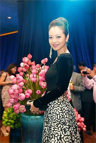 Jennifer Phạm khoe nhan sắc lộng lẫy khi làm MC cho một chương trình.