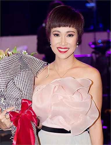 Uyên Linh trong chiếc váy xinh đẹp.