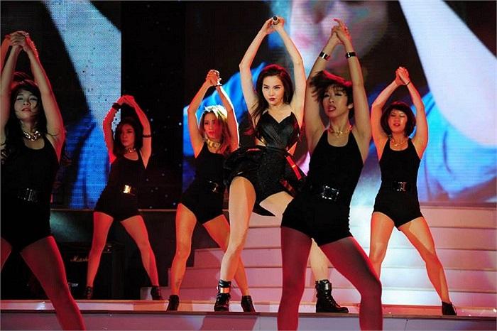 Nữ ca sỹ có những động tác vũ đạo rất bắt mắt.