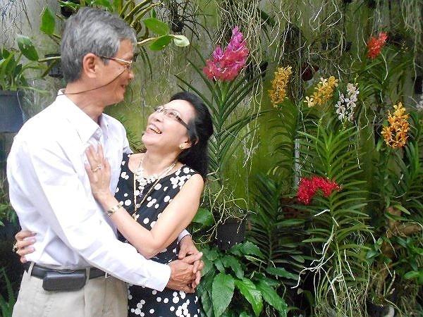 Trải qua mấy chục năm, khi con cái đều đã khôn lớn và thành đạt,'chàng' 65 và 'nàng' 61 vẫn hạnh phúc bên nhau.