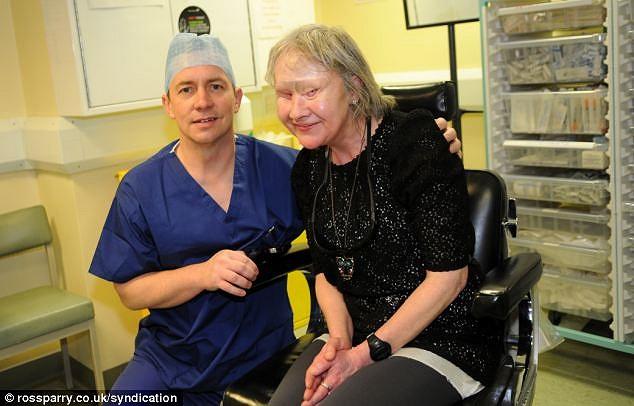 Tháng 12/2011, bà Hamriding, 53 tuổi ngụ tại Anh là người nghiện rượu, nên sau khi uống một chai vodka đầy, bà bị ngã cầu thang. Hai giờ sau tỉnh dậy, con chó bà nuôi đã liếm máu xung quanh mặt bà và ăn luôn 1 mắt cùng xương xung quanh hốc mắt.