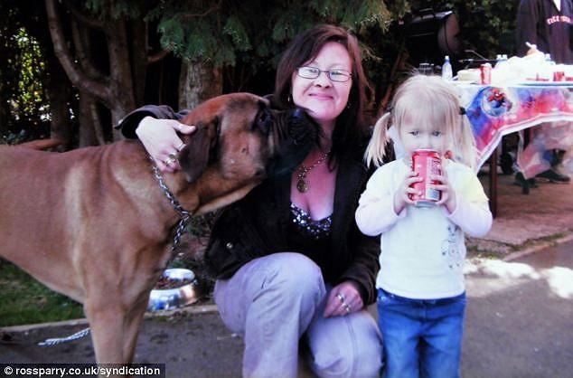 Bà Hamriding năm 2008, chụp ảnh cùng cháu gái.