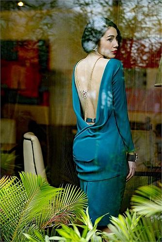 Người đẹp khoe trọn tấm lưng trần gợi cảm.