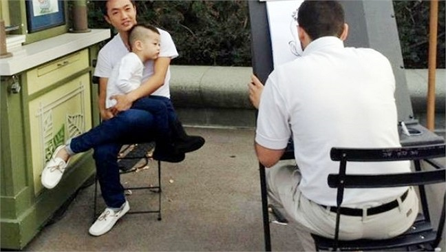 Cậu nhóc Subeo của Hồ Ngọc Hà và đại gia Quốc Cường đi học mẫu giáo từ khá sớm. Có lẽ chính nhờ việc 'đi bộ đội' từ nhỏ mà Quốc Hưng luôn tỏ ra rất tự tin và đĩnh đạc.