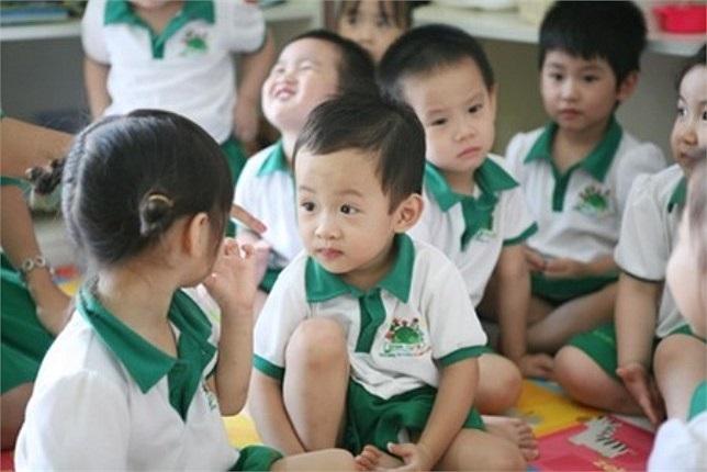 Vì con trai đang tuổi ăn tuổi học nên thay vì cho cu Bin đi học trường này trường kia, MC Vân Hugo quyết định cùng chung vai góp sức với một người bạn thành lập một trường mầm non quốc tế.