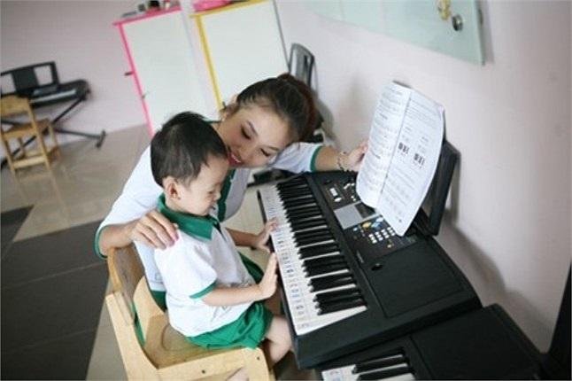 Ngôi trường này nằm trong khu dân cư khá sầm uất trên phố Hoàng Hoa Thám - Hà Nội nên thu hút khá nhiều học sinh.