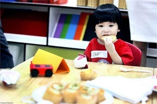 Cậu nhóc Todd - con trai của người đẹp Dương Thùy Linh cũng theo học ở trường mẫu giáo quốc tế này nhưng tại một cơ sở ở Hà Nội. Dù mới chỉ ở độ tuổi mầm non nhưng Subeo hay Todd... đều được học song ngữ Anh - Việt