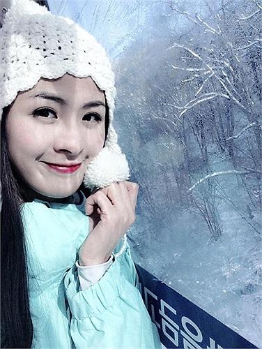 Bộ ảnh Ngọc Hân vui đùa trong tuyết rất dễ thương.