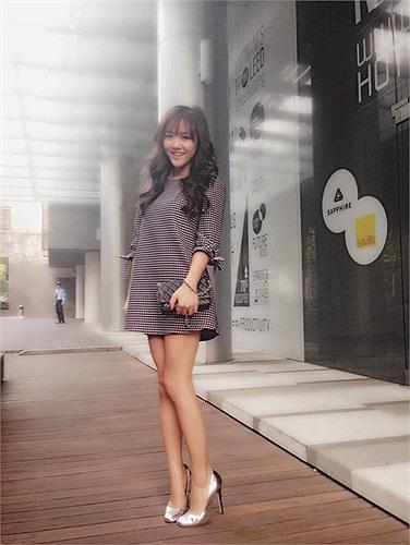 Trang phục dạo phố của Văn Mai Hương ngày càng được đánh giá cao.
