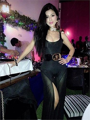 Nhất là những dịp lên bar cùng bạn bè, Đinh Phương Ánh luôn diện đồ sexy.