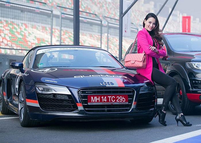 Người đẹp Trang Nhung tranh thủ tạo dáng trước giờ thử lái
