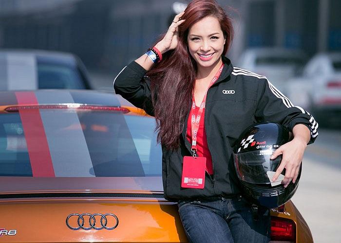 Người đẹp này cũng không bỏ lỡ cơ hội tạo dáng cùng xe