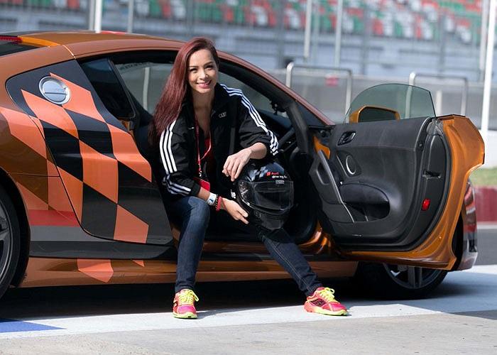 Ăn mặc rất giản dị nhưng siêu mẫu này vẫn rất hấp dẫn bên siêu xe mạnh nhất của Audi