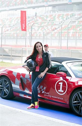Cả Thúy Hạnh lẫn Trang Nhung đều tỏ ra phấn khích khi có dịp tổ lái trên những siêu xe cực mạnh của Audi