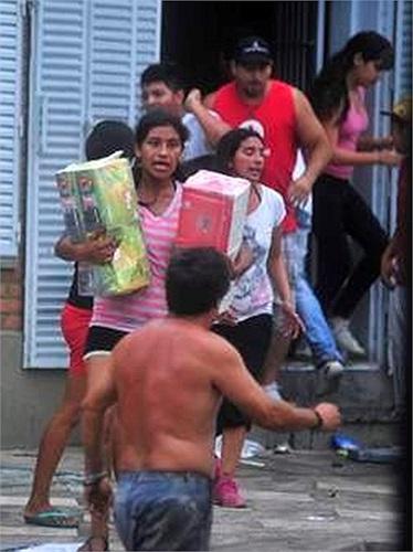 Các cửa hàng, siêu thị bị phá và những người hôi của tranh nhau lượm đồ về nhà