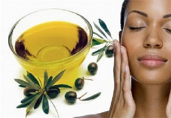 Dầu ô liu không chỉ làm mềm mịn da mà còn là thần dược khắc chế sẹo mụn. Các dưỡng chất trong dầu ô liu làm các vết sẹo mụn mờ dần và biến mất nhanh chóng.