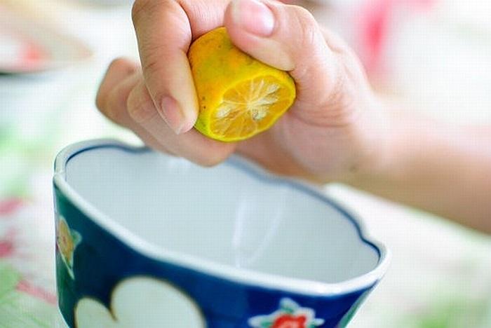 Nước cốt chanh có chứa axit ciric và vitamin C giúp tái tạo tế bào da mới, làm mờ vết thâm do mụn gây ra, đồng thời giúp da mịn màng và sáng bóng.