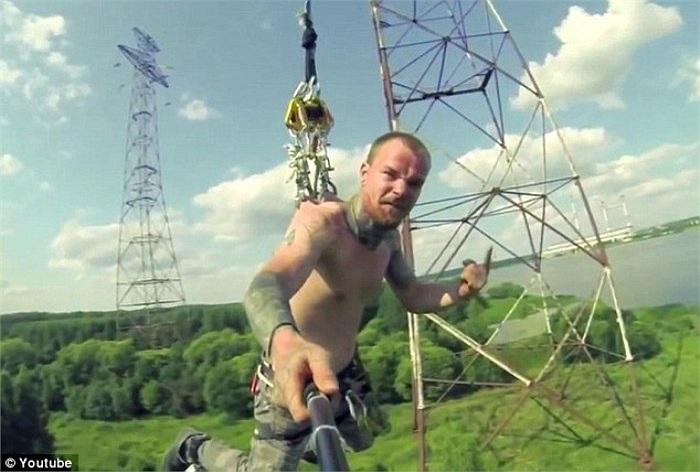 Một thành viên của nhóm nhảy bungy có tên là Sinner Team đến từ Nga đang đung đưa trên không, với sợi dây được gắn những móc sắc bấu vào da lưng.