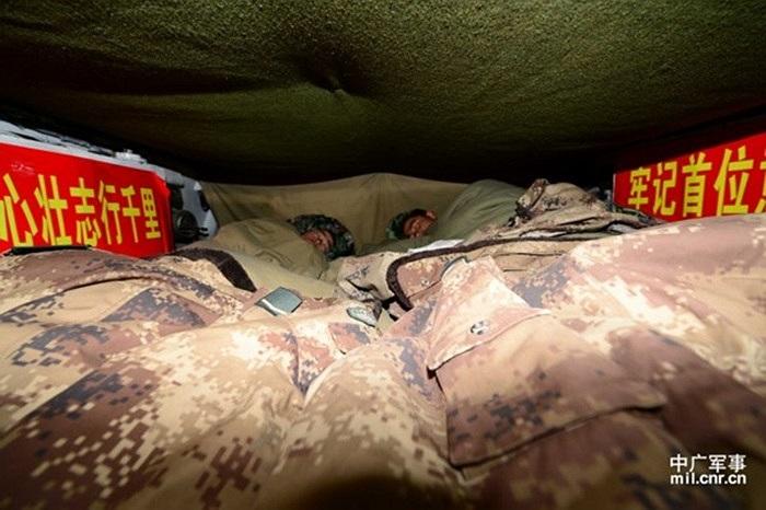 Các binh lính nghỉ ngơi trong xe bọc thép