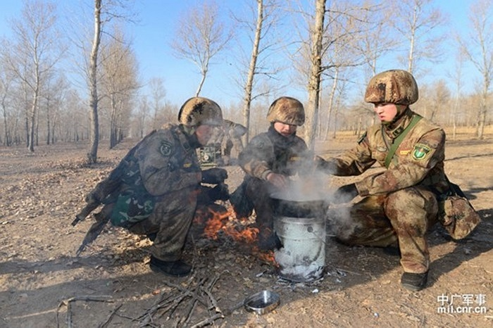 Các binh lính tập trận nấu ăn ngoài trời với nhiệt độ -20 độ C