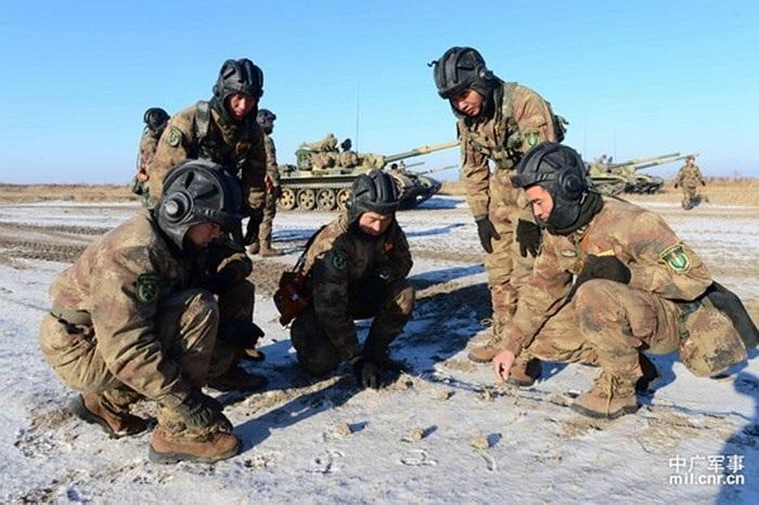 Các binh lính phác họa kế hoạch tác chiến trên nền tuyết