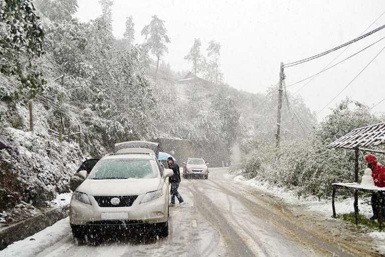 Rất đông người dân, đặc biệt là các bạn trẻ đổ lên mạn Trạm Tôn, Bát Xát ngắm tuyết rơi. Ảnh: Phạm Vũ Sơn