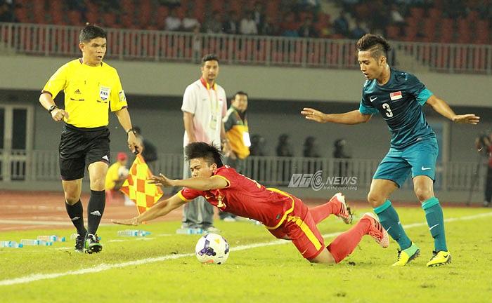 Thiếu vắng người đá cặp ăn ý Thanh Hào, Mạnh Hùng đã chơi rất không tốt ở trận gặp Singapore