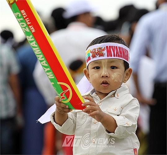 Những em bé được vẽ mặt và trang bị đầy đủ 'đồ nghề' khi tới Lễ khai mạc