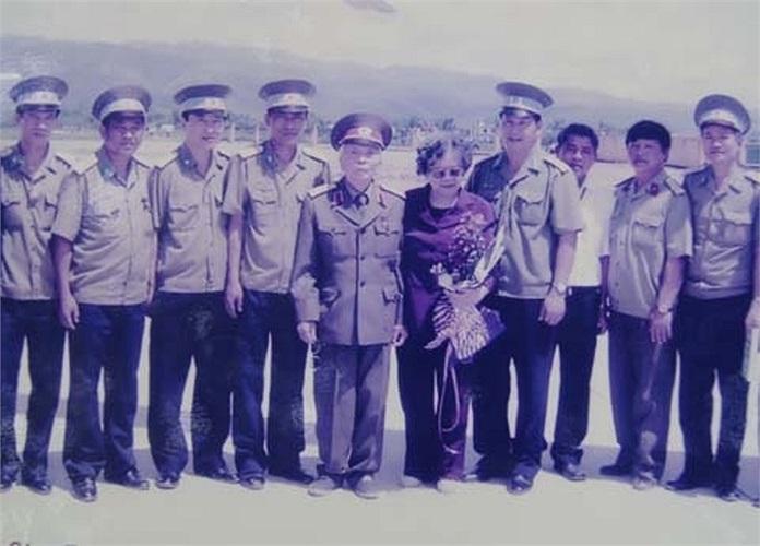 Đại tướng Võ Nguyên Giáp và phu nhân chụp ảnh cùng tổ bay của Trung đoàn 916 trong chuyến đi thăm lại chiến trường Điện Biên Phủ, năm 2004 (ảnh chụp lại từ phòng truyền thống Trung đoàn).