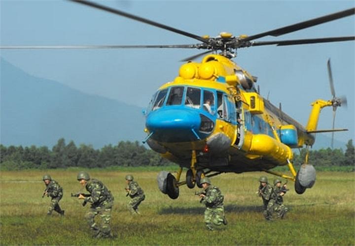 Những năm gần đây, Trung đoàn đã vinh dự được giao nhiệm vụ thực hiện những chuyến bay quan trọng tại chương trình diễu binh, diễu hành trong dịp Đại lễ 1.000 năm Thăng Long – Hà Nội; diễn tập thực binh ứng phó thảm họa khẩn cấp khu vực ASEAN.