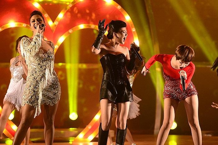 Là khách mời trong đêm chung kết Thử thách cùng bước nhảy tối qua, Văn Mai Hương khiến không ít người thất vọng vì cách phối đồ xấu thê thảm.