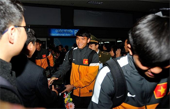 21h30 tối qua, thầy trò HLV Hoàng Văn Phúc về tới sân bay Nội Bài
