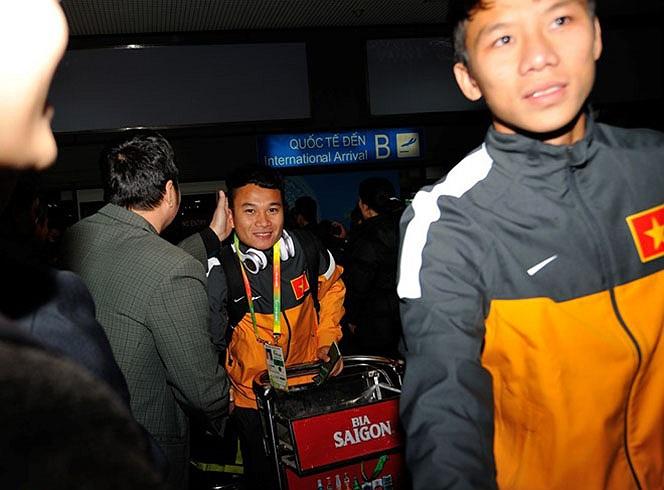 Phi Sơn cùng nhóm cầu thủ SLNA đi ra đầu tiên