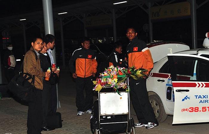Mỗi nhóm cầu thủ của từng CLB lại thuê taxi riêng và đi về địa phương