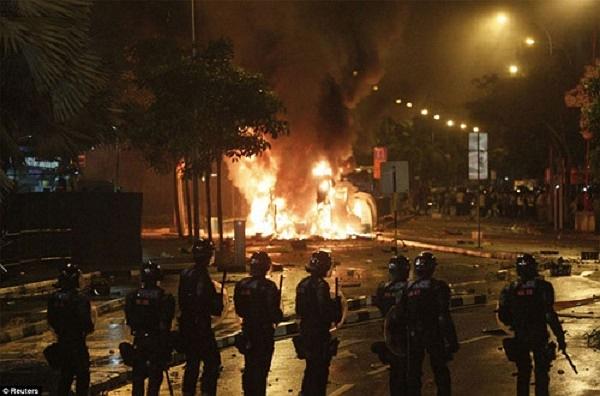Thủ tướng Singapore Lý Hiển Long khẳng định: 'Không gì có thể bao biện cho vụ bạo loạn đầy bạo lực như vậy. Chúng tôi sẽ nỗ lực hết sức nhằm xác định thủ phạm, buộc chúng phải chịu trách nhiệm trước pháp luật'