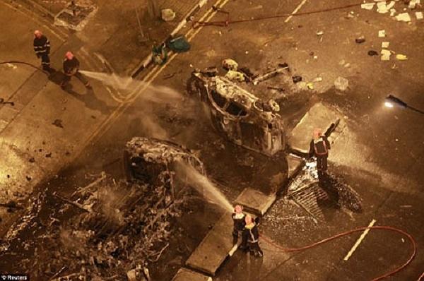 Đám đông bạo động đã đổ xuống đường, lật đổ hàng rào chắn