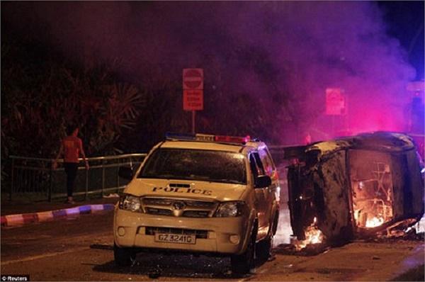 Một số người quá khích còn đốt xe cảnh sát và xe cứu thương