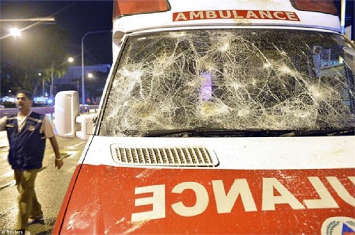 Ngoài ra ít nhất 5 chiếc xe cảnh sát bị phá hủy và 1 xe cứu thương bị hư hại