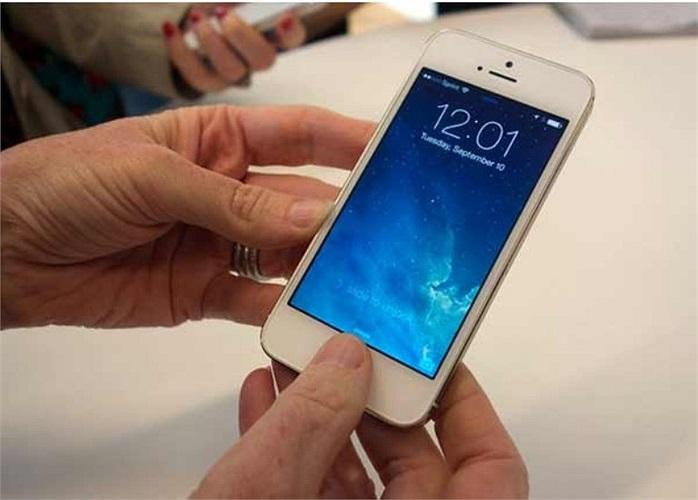 Tuy nhiên, do chiếc điện thoại có cơ chế mở khóa bằng dấu vân tay nên Khánh không sử dụng được, có đưa cho bạn bè mượn. (Ảnh minh họa).