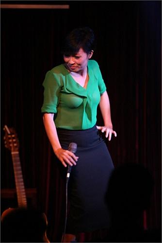 Ca sỹ Phương Thanh cũng chúc mừng Ngọc Minh và lên sân khấu song ca, phụ họa cho đàn em. Ngọc Minh còn tự đàn piano hát ca khúc Đêm màu xanh.