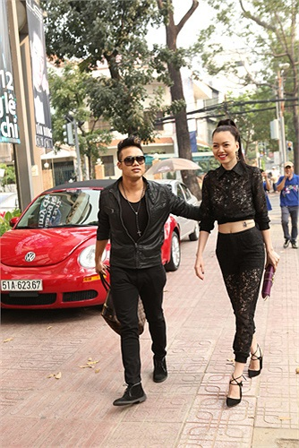Trong MV mới của Ngọc Minh mang tên Sẽ là người khác, vì chạy theo người đàn ông giàu có khác, Vũ Hoàng Điệp lên xe hoa, phản bội người yêu Ngọc Minh.