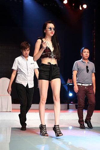 Không chỉ vậy, Vũ Hoàng Điệp còn thu hút sự chú ý vì gu thời trang vô cùng gợi cảm và vẻ ngoài khá rạng rỡ. Chiếc váy ngắn cũn giúp cô khoe đôi chân dài.