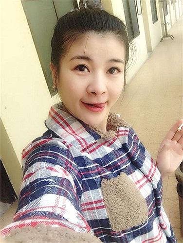 Kim Oanh xì tin, trẻ trung.