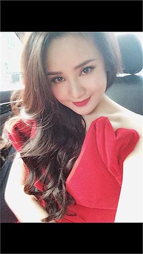 Trong chiếc váy đỏ rực khoe vai trần, Vy Oanh nuột nà không tì vết.