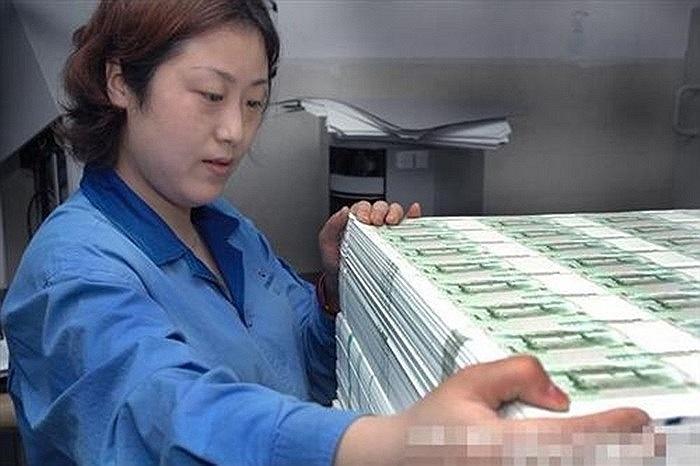 Loại giấy này được sản xuất bởi 3 nhà máy in tiền thuộc Tổng công ty in ấn Trung Quốc, đó là nhà máy in tiền ở thành phố Bảo Định, tỉnh Hà Bắc, Trung Quốc; nhà máy in tiền thứ 2 ở thành phố Côn Sơn, tỉnh Giang Tô và một nhà máy nữa ở Thành Đô, Trung Quốc