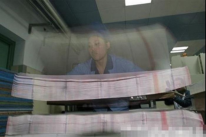 Trước khi in tiền, các nhân viên sẽ kiểm tra chất lượng của giấy in theo đúng tiêu chuẩn quốc gia, tuyệt đối không để xảy ra sai sót