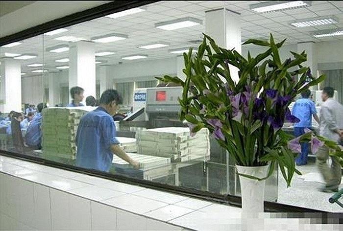 Sau khi hoàn tất các công đoạn, các nhân viên nhà máy phải in thử một tập tiền trước để tránh sai sót khi in thật