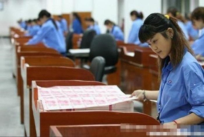 Các nhân viên bên trong nhà máy in tiền ở Trung Quốc